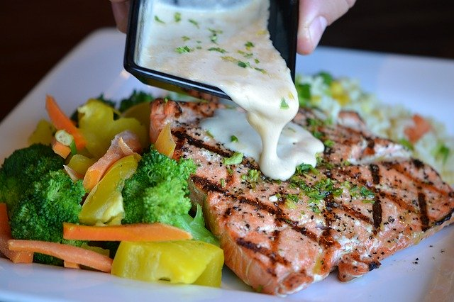 Salmon with vegetables and creamy sauce